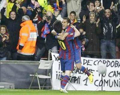 Alves (bên phải) chia vui với Messi trong một chiến thắng của Barca.