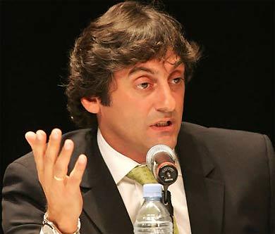 Với lối chơi hào hoa trong quá khứ, Enzo Francescoli được nhiều người kính nể.