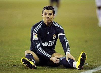 Ronaldo ôm chân trong trận thắng Valladolid.