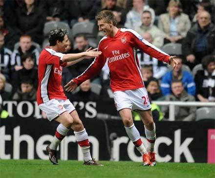 Bendtner (bên phải) là tác giả của ba bàn thắng trong trận Arsenal 5-0 Porto ở vòng 16 đội Champions League.