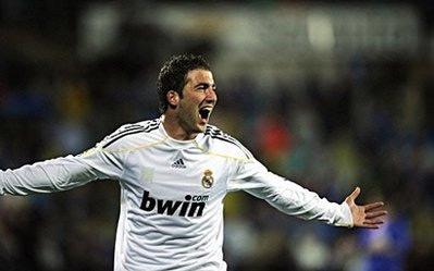 Với 22 bàn, Higuain tiếp tục bám đuổi Messi trong danh sách vua phá lưới.