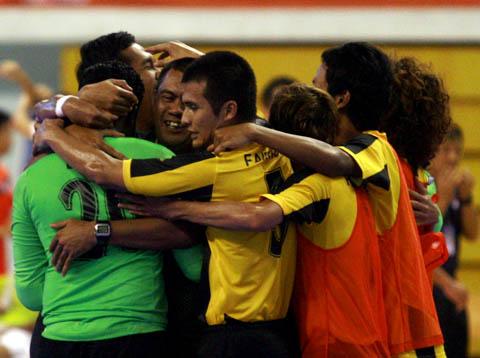 Niềm vui mừng của các cầu thủ Malaysia khi đánh bại Việt Nam giành vé tranh chung kết. Ảnh: An Nhơn.