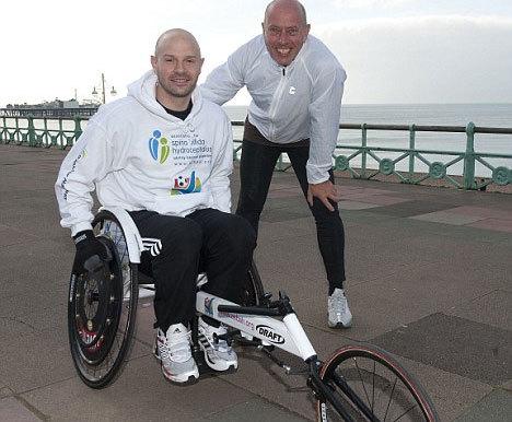 Danny Mills tập luyện với chiếc xe lăn bên bờ biển Brighton. Ảnh: DM.