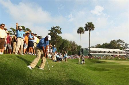Tiger Woods với cú đánh hướng vào lỗ thứ 16 vòng đấu hôm qua. Ảnh: AFP.