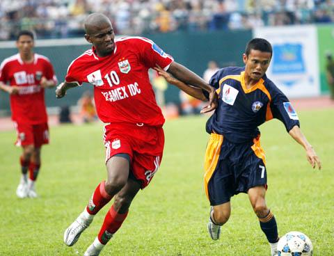 Bình Dương (đỏ) có lợi thế sân nhà để giành chiến thắng trước Đà Nẵng. Ảnh: An Nhơn.
