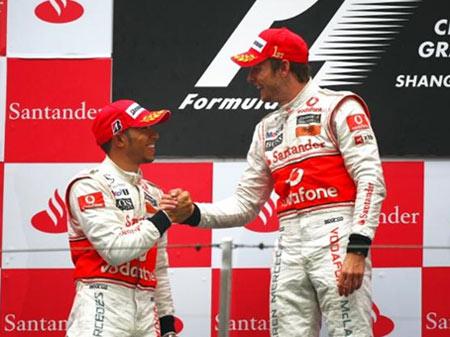 Hamilton (trái) đang bị lép vế trước người đồng đội Button (phải).