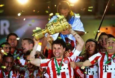 Thủ quân Van Bommel và đồng đội nâng cao danh hiệu mới đoạt được chiều qua.
