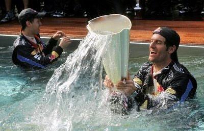 Mark Webber (phải) và Sebastian Vettel nhảy xuống bể bơi mừng chiến thắng kép cho đội Red Bull.