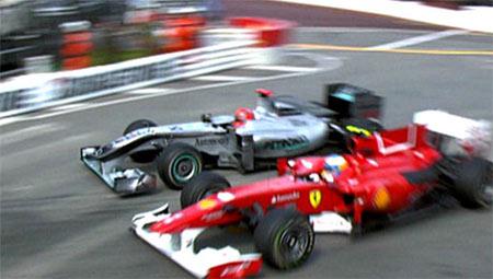Pha vượt mặt gây tranh cãi của Schumacher (trái) đối với Alonso.