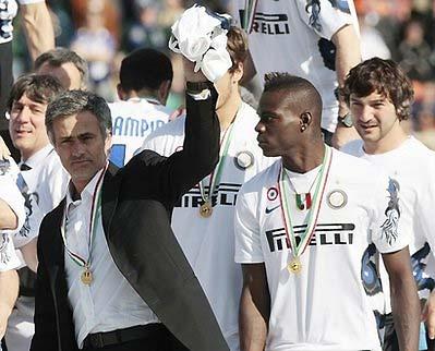 Mourinho chia vui với CĐV sau khi Inter đoạt chức vô địch Serie A cuối tuần trước.