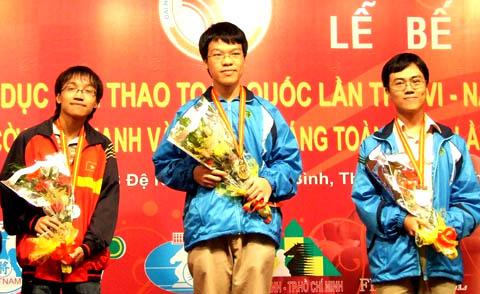 Lê Quang Liêm nhận HC vàng ở nội dung cờ nhanh. Ảnh: An Nhơn.