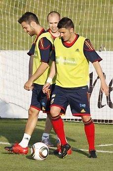 Fabregas (bên trái) có mặt trên sân tập của đội tuyển Tây Ban Nha hôm 24/5 với Andres Iniesta và David Villa, hai cầu thủ của Barca.
