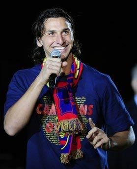 Tiền đạo 28 tuổi người Thụy Điển chia vui với CĐV trong lễ đăng quang chức vô địch Liga của Barca.