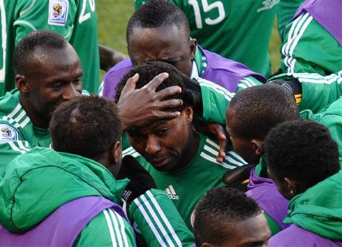 Nigeria chung niềm vui sau khi Uche mở tỷ số. Ảnh: AFP.