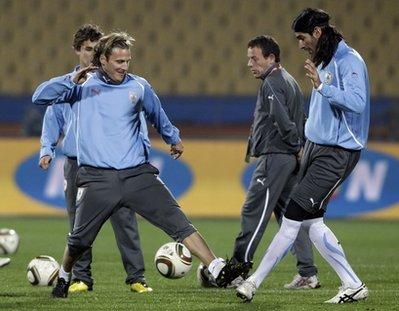 Uruguay đang chơi rất hay với sự xuất sắc của Diego Forlan. Ảnh: AP