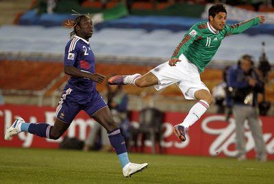Chấn thương trong trận gặp Pháp khiến Carlos Vela (phải) không thể thi đấu đêm nay. Ảnh: AP