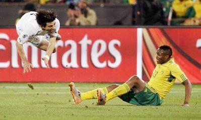 Nam Phi mất tiền vệ quan trọng Dikgacoi (bên phải) do án treo giò.