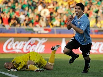 Luis Suarez (phải) mừng bàn thắng duy nhất của trận đấu.