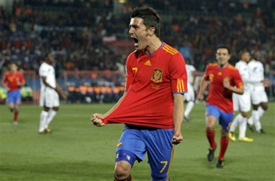 David Villa chói sáng với cú đúp bàn thắng. Ảnh: AP.