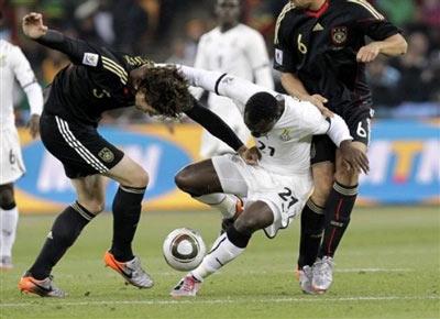 Ghana dù bại trận nhưng vẫn giành vé đi tiếp nhờ chiến thắng của Australia trước Serbia. Ảnh: AP.