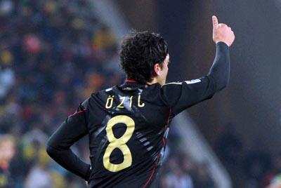 Ozil trở thành người hùng của tuyển Đức sau pha xử lý xuất thần. Ảnh: AP.