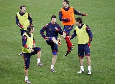 Từ trái qua là Mata, Sergio Ramos, Fernando Torres, Xabi Alonso và Juan Capdevila trên sân tập của đội tuyển.