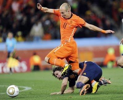 Puyol và Robben trong tình huống gây tranh cãi.