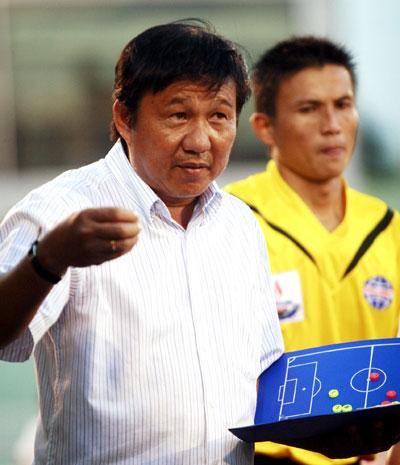 HLV Đặng Trần Chỉnh (trái).