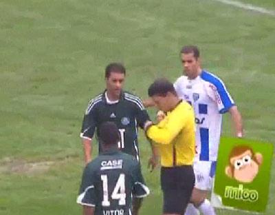 Trọng tài Gaciba lúng túng khi không thấy thẻ.