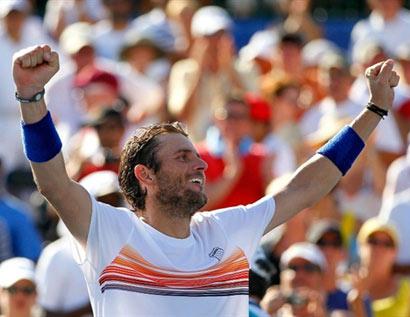 Mardy Fish mừng chiến thắng trận chung kết. Ảnh: AFP.
