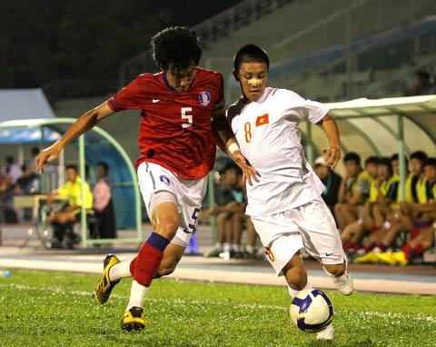 Việt Nam (trắng) đã chơi hết sức nỗ lực trước Hàn Quốc đánh giá cao hơn. Ảnh: An Nhơn.