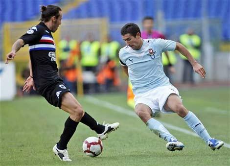 Kolarov (bên phải) là một cầu thủ chất lượng cao của Serie A.