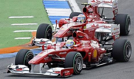 Massa (trước) để Alonso dễ dàng vượt qua.