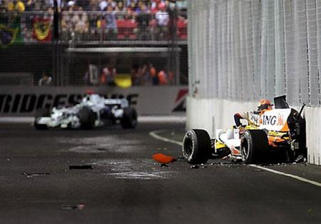 Piquet (trái) gây ra vụ tai nạn để tạo điều kiện cho Alonso vô địch