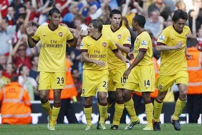 Các cầu thủ Arsenal chia vui sau pha gỡ hòa trong trận ra quân giải Premier League hôm chủ nhật.