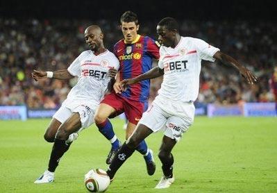 Villa trong vòng kèm cặp của hai hậu vệ Sevilla.