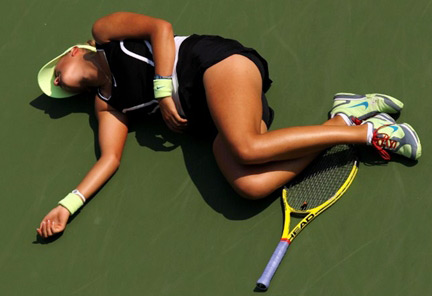Victoria Azarenka gục ngã. Ảnh: AFP.