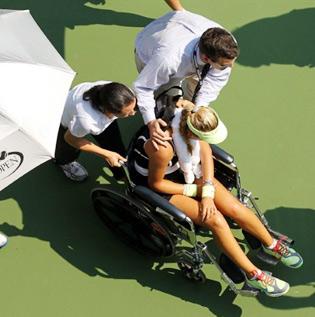 Azarenka phải rời sân đấu bằng xe lăn.