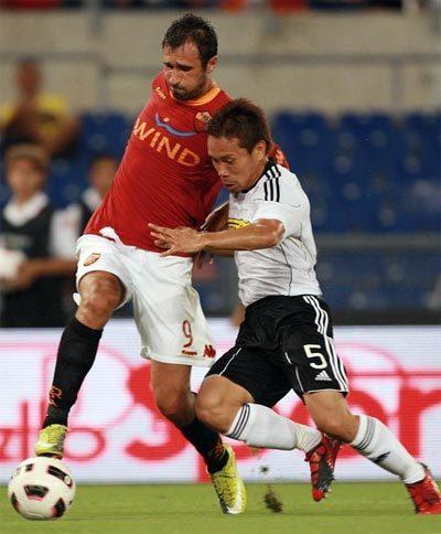 Cesena (áo trắng) được xem là đối thủ phù hợp để Milan kiểm nghiểm bộ tứ tấn công siêu đẳng. Ảnh: AFP.