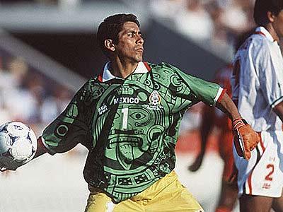 Jorge Campos trong màu áo sặc sỡ của đội tuyển Mexico.