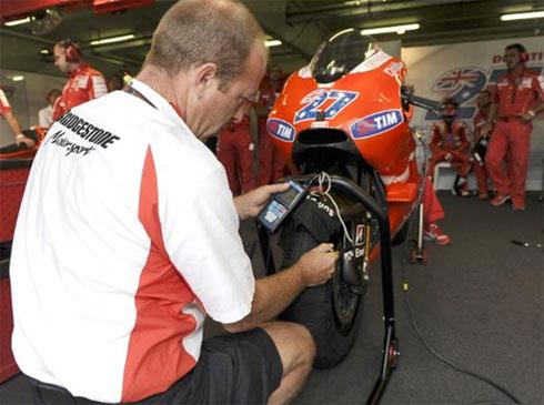 Các kỹ thuật viên sẽ phải cố gắng để có thông số thích hợp cho chiếc xe tại đường đua mới.