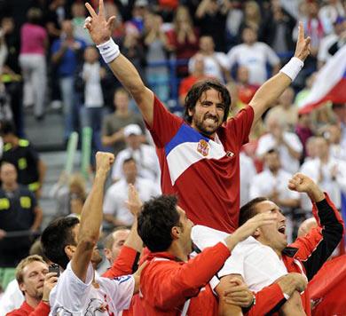 Janko Tipsarevic được các đồng đội tung hô sau chiến thắng ở bán kết. Ảnh: AFP.