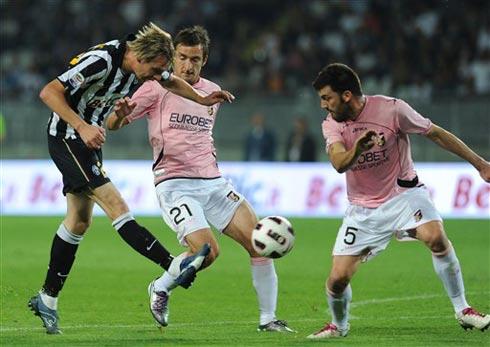 Những pha đánh biên có phần đơn điệu của Juventus không đem lại nhiều đột biến. Ảnh: AFP.