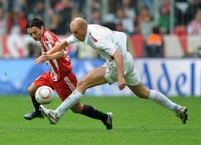 Hậu vệ Daniel Pranjic (Bayern, áo đỏ) tranh bóng với Miroslav Karhan (Mainz).