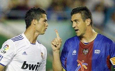 Ronaldo căng thẳng với hậu vệ Ballesteros của Levante.