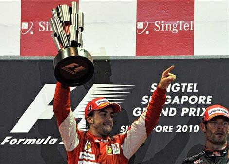 Fernando Alonso mừng chiến thắng chặng quan trọng. Ảnh: AFP.