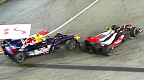 Pha va chạm giữa Webber (trái) và Hamilton (phải).