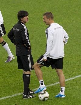 Joachim Loew và Podolski trên sân tập của Đức.