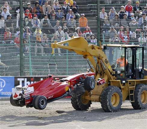 Xe của Felipe Massa được đưa khỏi đường đua.