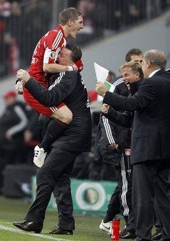 Van Gaal chia vui với Schweinsteiger trong trận thắng Bremen.